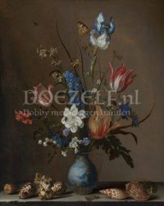 Bloemen in een Wan-Li vaas en schelpen